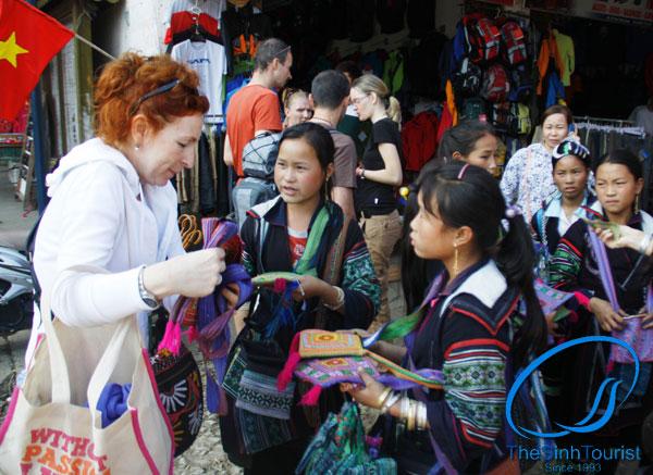 khách du lịch mua thổ cẩm về làm quà tại sapa