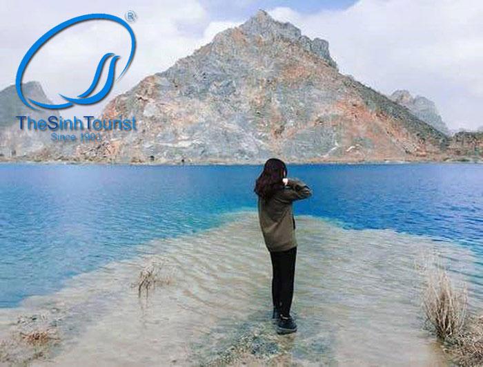 Nước hồ xanh biếc đã mang lại vẻ đẹp cho Tuyệt tình Cốc Hải Phòng